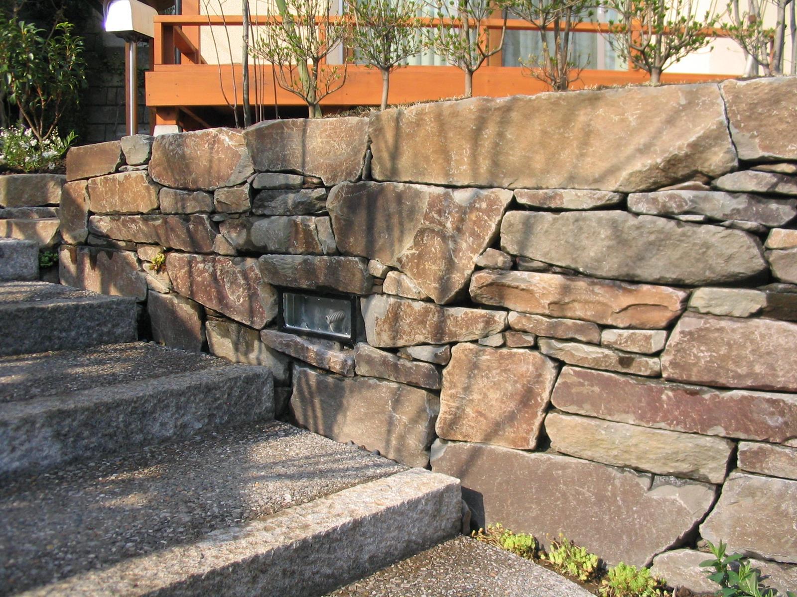 根府川石(ねぶかわいし)の小端積み