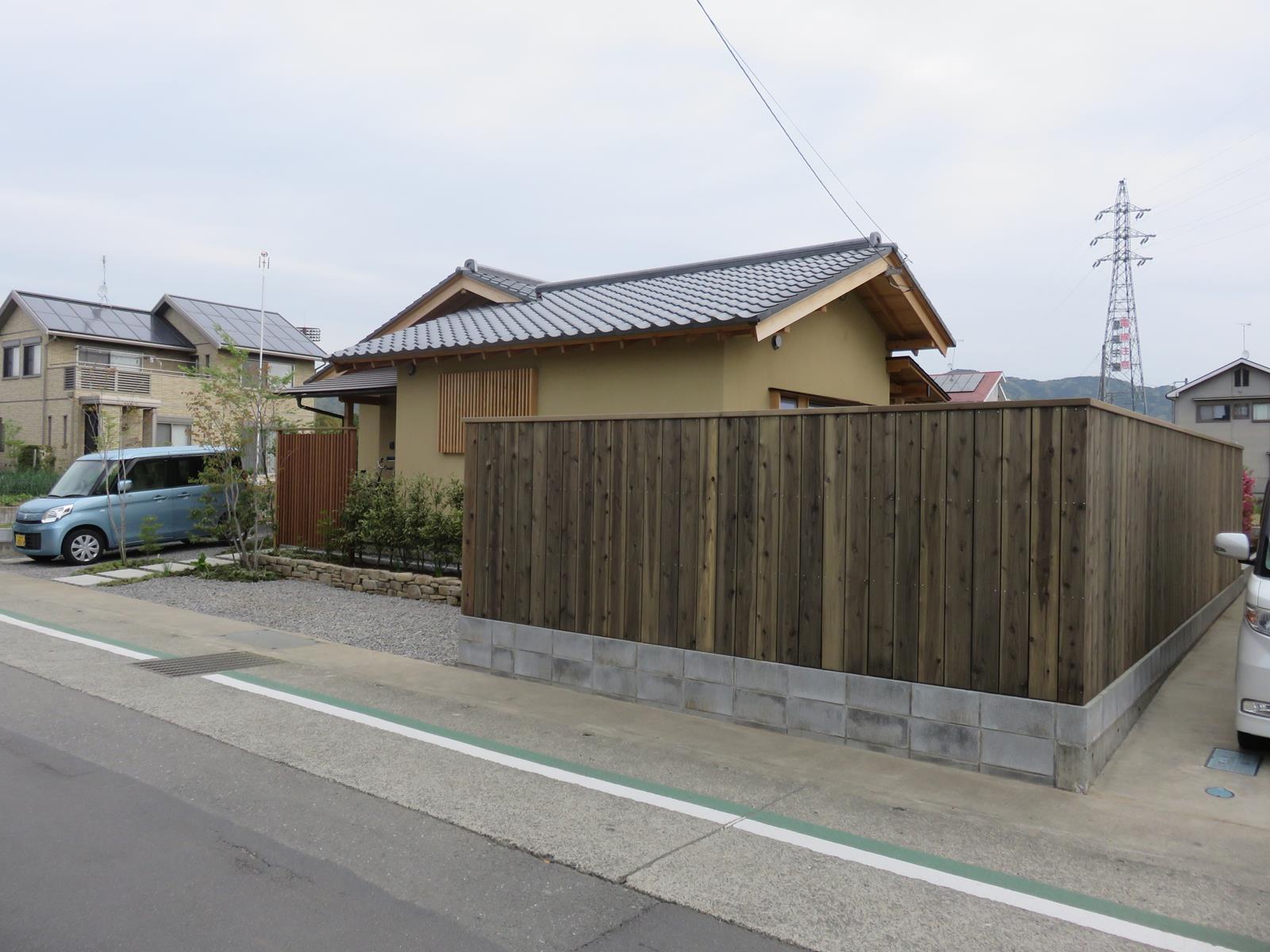 縦板張りウッドフェンス(幅広板)