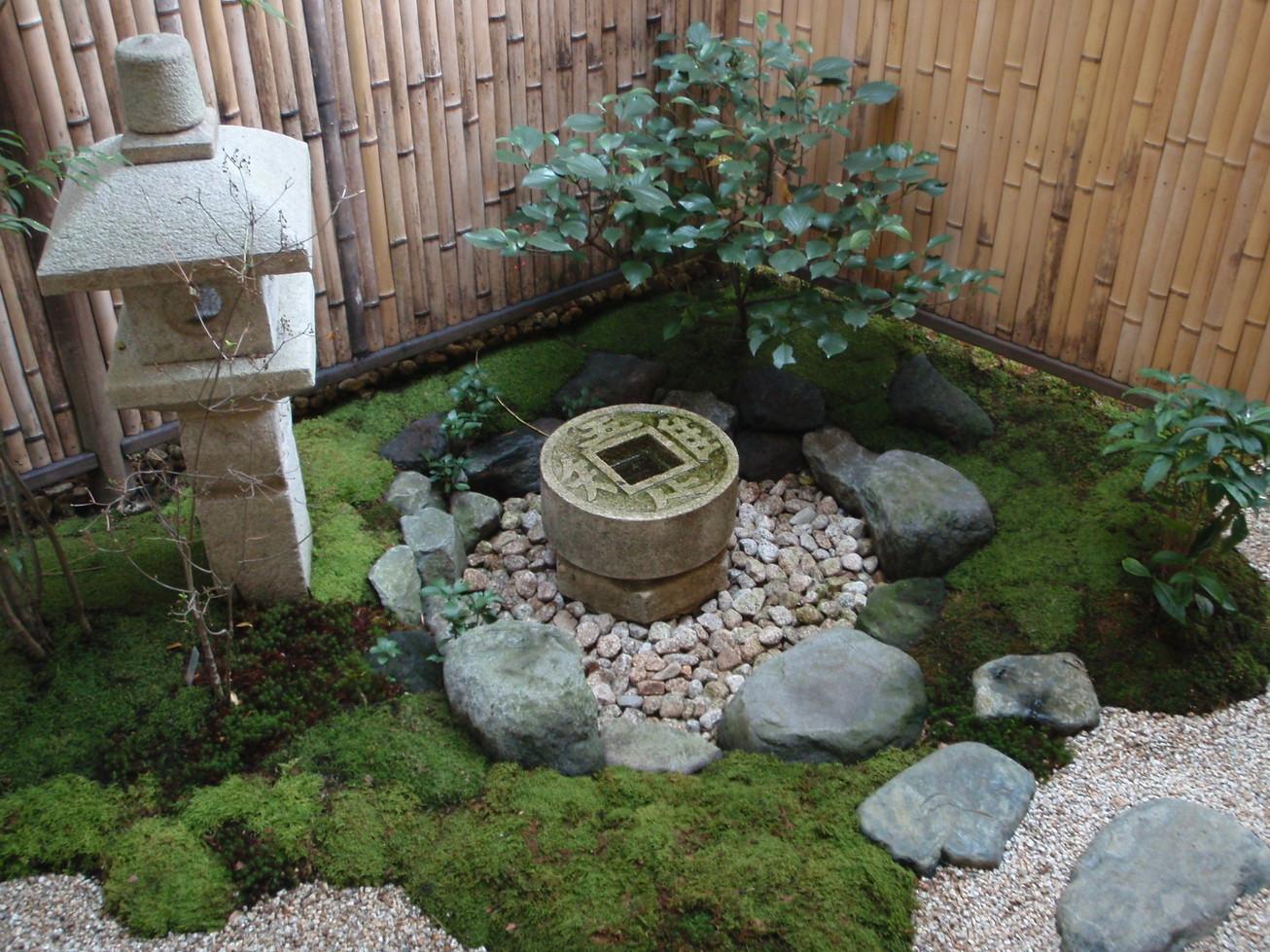 木陰の和風庭園