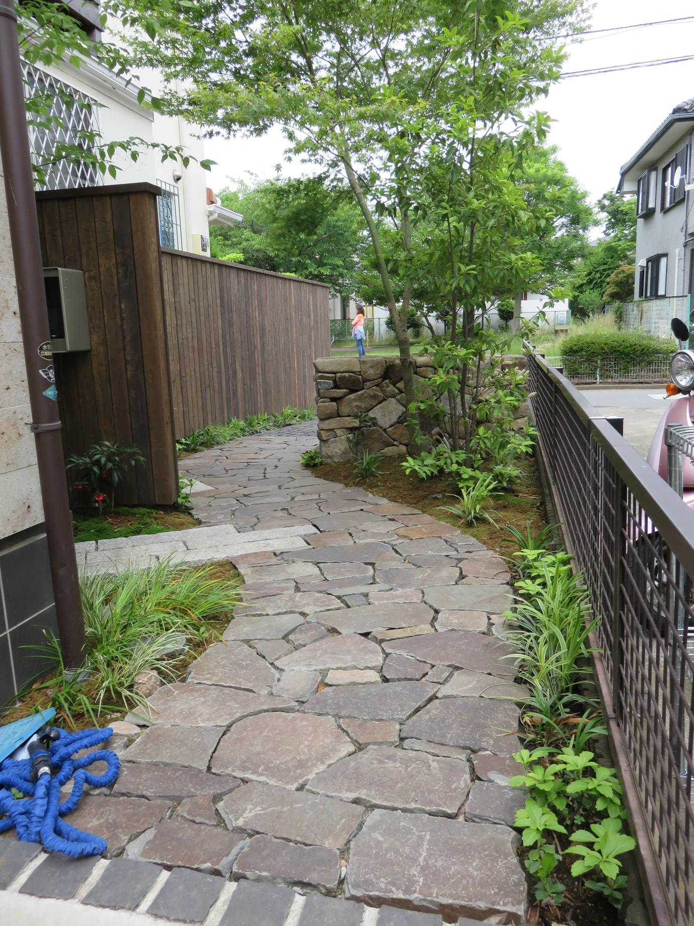 お庭のようなアプローチ