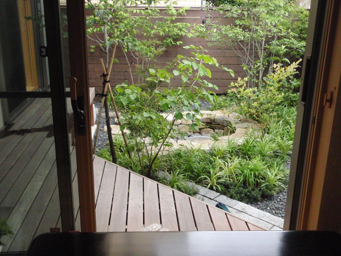 竹垣の玄関とバードバスのお庭