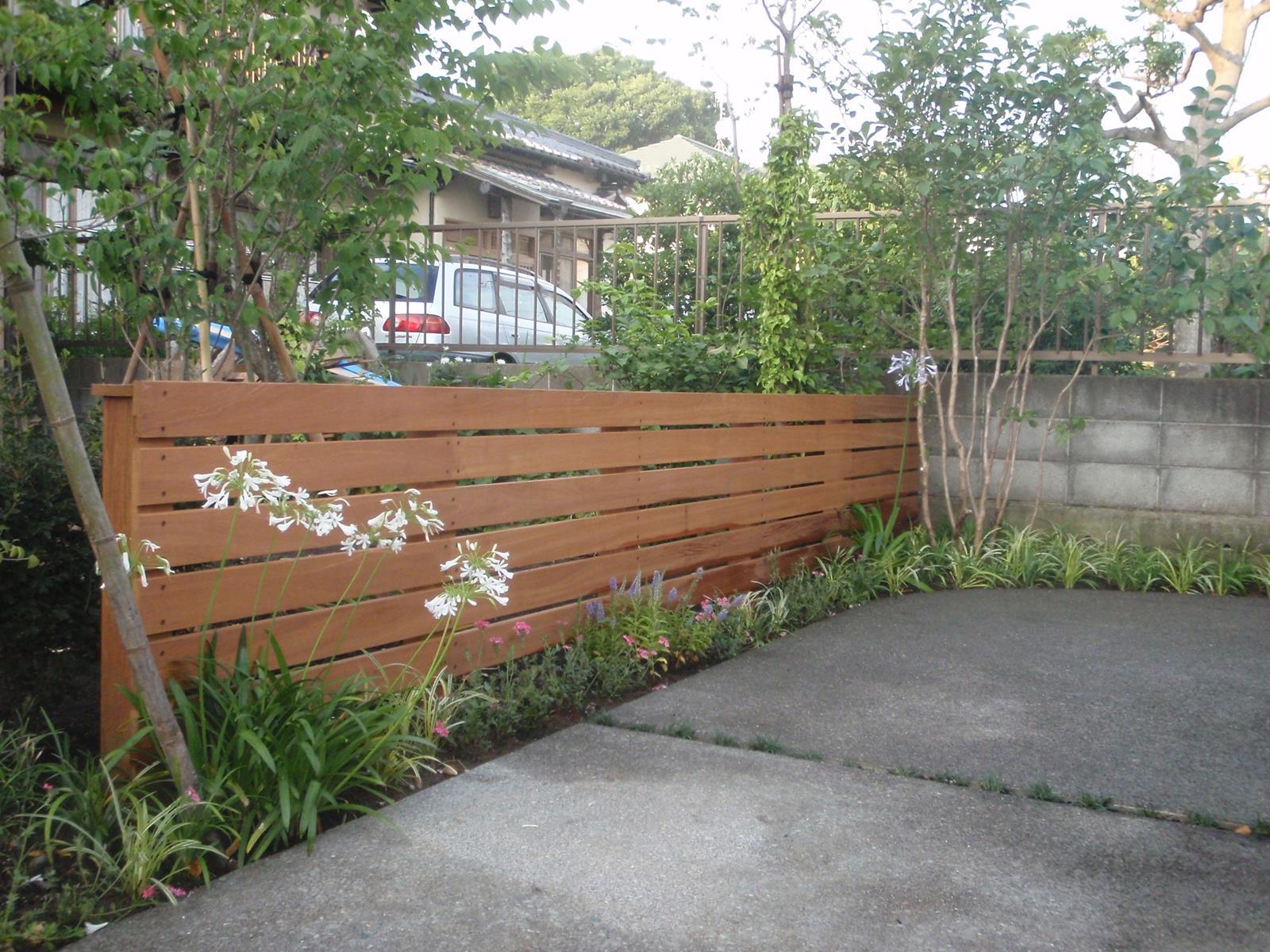 ハードウッド製の低いウッドフェンス