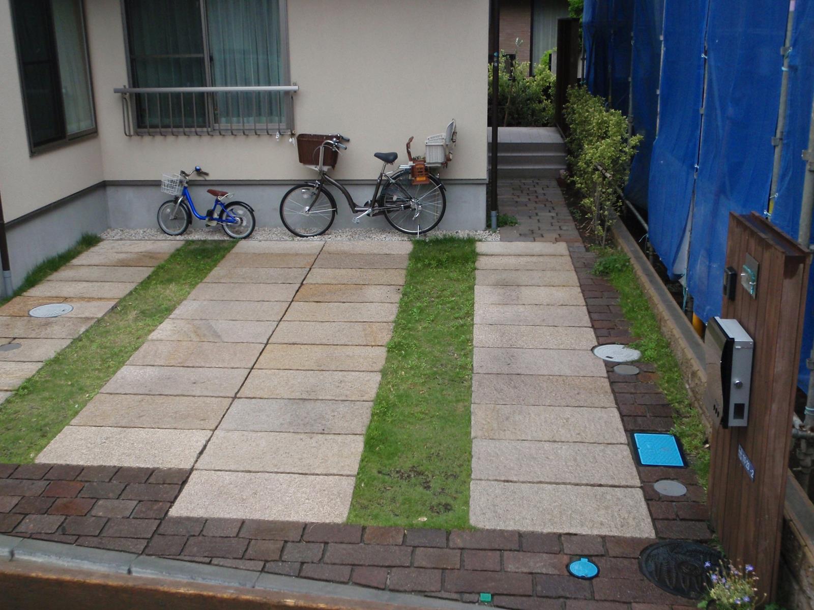 さび御影石の平板による駐車場