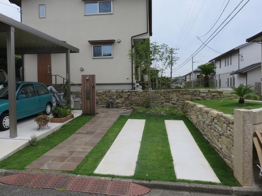 段違いの石積とシンプル植栽の外構