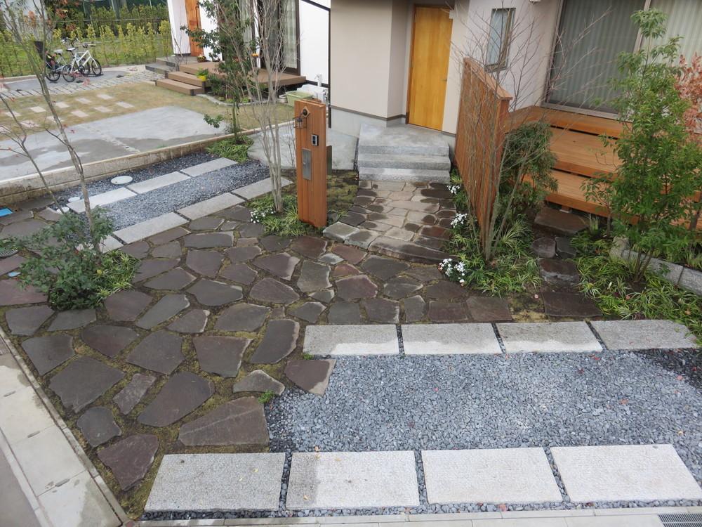 施工直後です。大きめの諏訪石に芝目地、タイヤが乗るところには御影石の平板を敷きました。