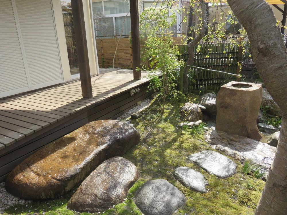 桜の根元からの景色です。左手に見える本鞍馬の沓脱石は1.5トン以上あります。