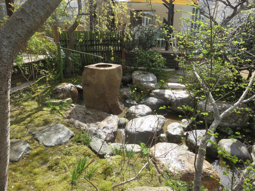 立石側からの景色です。沢飛び(飛び石)は流れの中を池へと下って行きます。