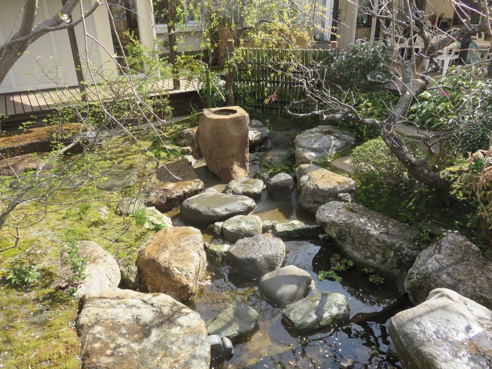立手水鉢奥と立石下から始まる二つの流れはこの池で合流します。