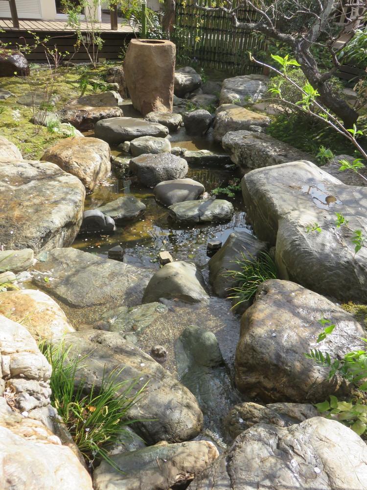 立石の足元から池への流れです。