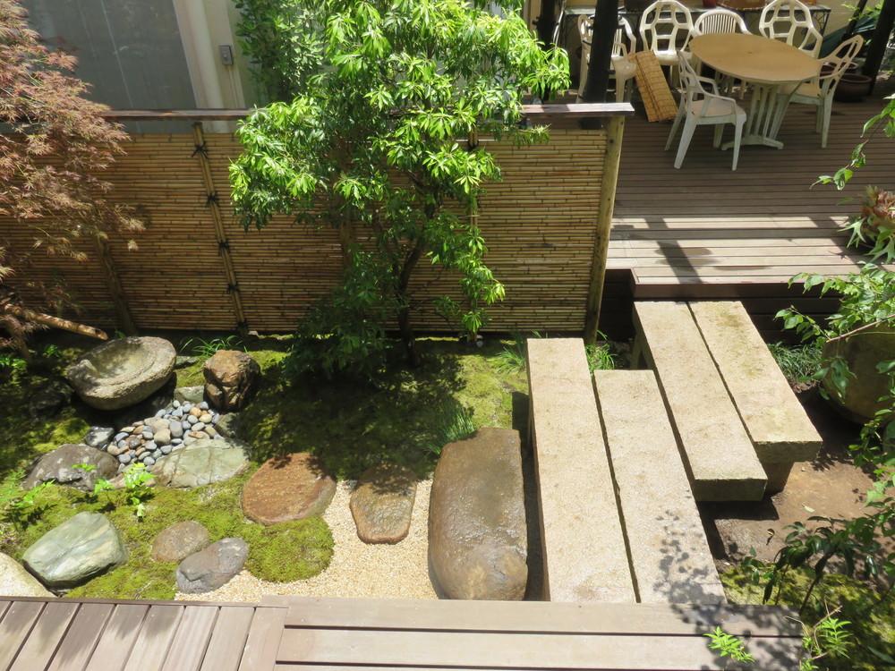 施工後です。洋間前から和室前まで続いていたウッドデッキを一部取り除き、石橋に架け替えお庭に変化をつけました。