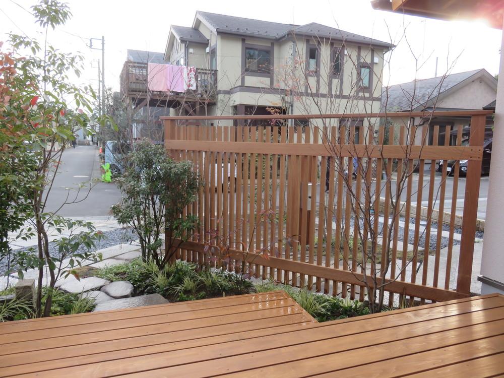 アプローチに沿って縦格子のウッドフェンスを作りました。