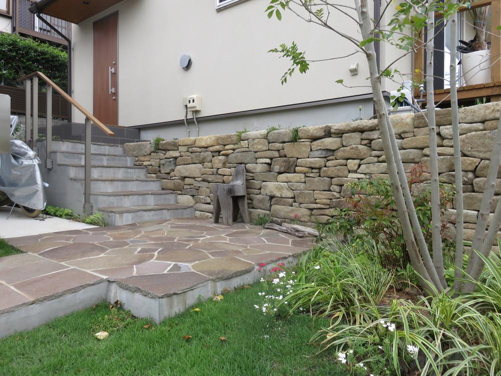 アプローチと階段をつなぐ踊り場はジャワ鉄平石の乱張りです。