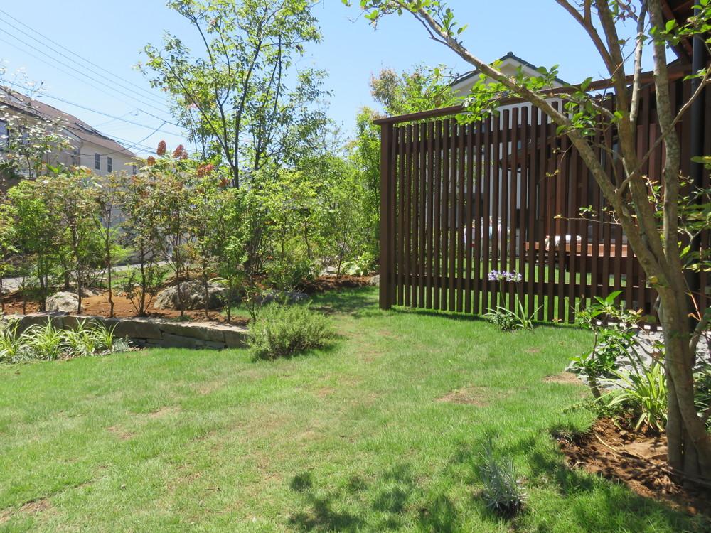 玄関脇のウッドフェンスは景色の「仕切り」と「繋ぎ」の役割があります。