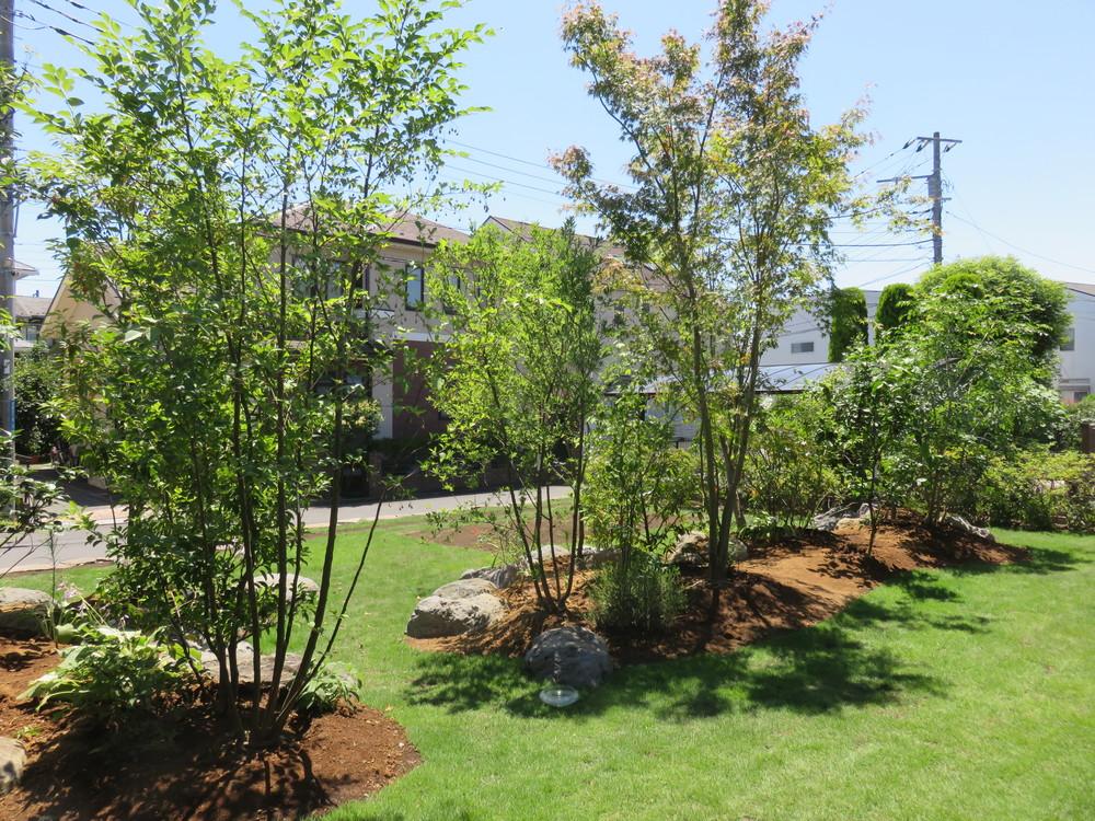 お庭の中央にある「雑木の山」は適度な目隠しになり緑陰も作ります。