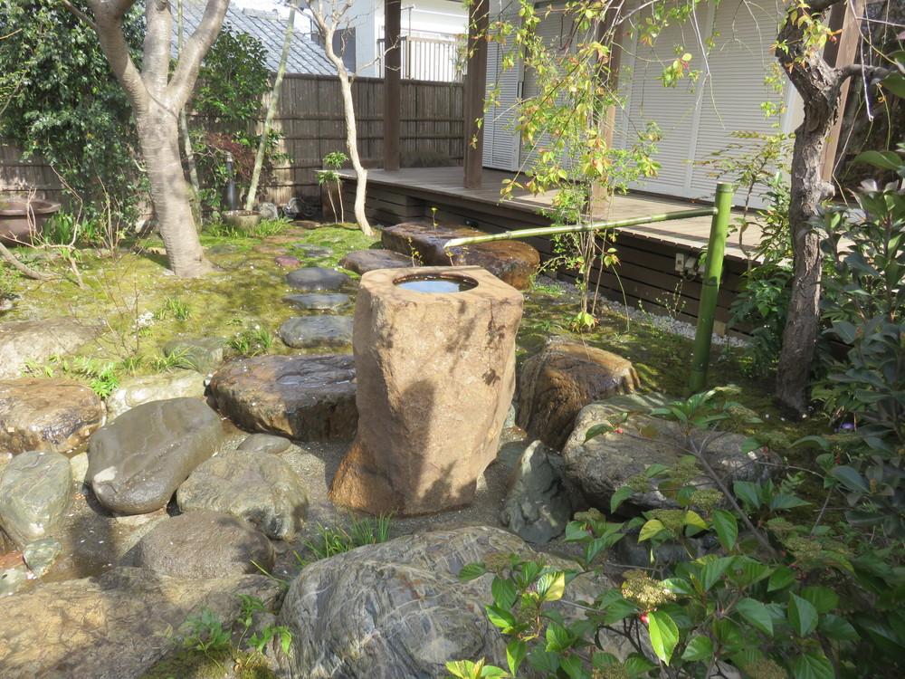 沢飛びを渡る途中に1.5トン以上もある本鞍馬の立手水鉢を据え付けました。