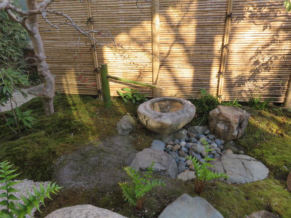 1年後に行った主庭の工事(「桜の庭 主庭」)に伴い筧の竹を交換しました。