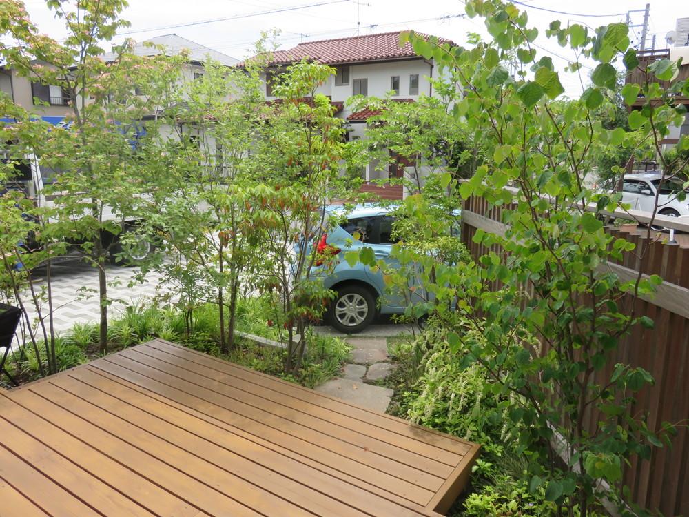 夏になるとウッドデッキは緑に覆われ、とても心地の良い空間になります。