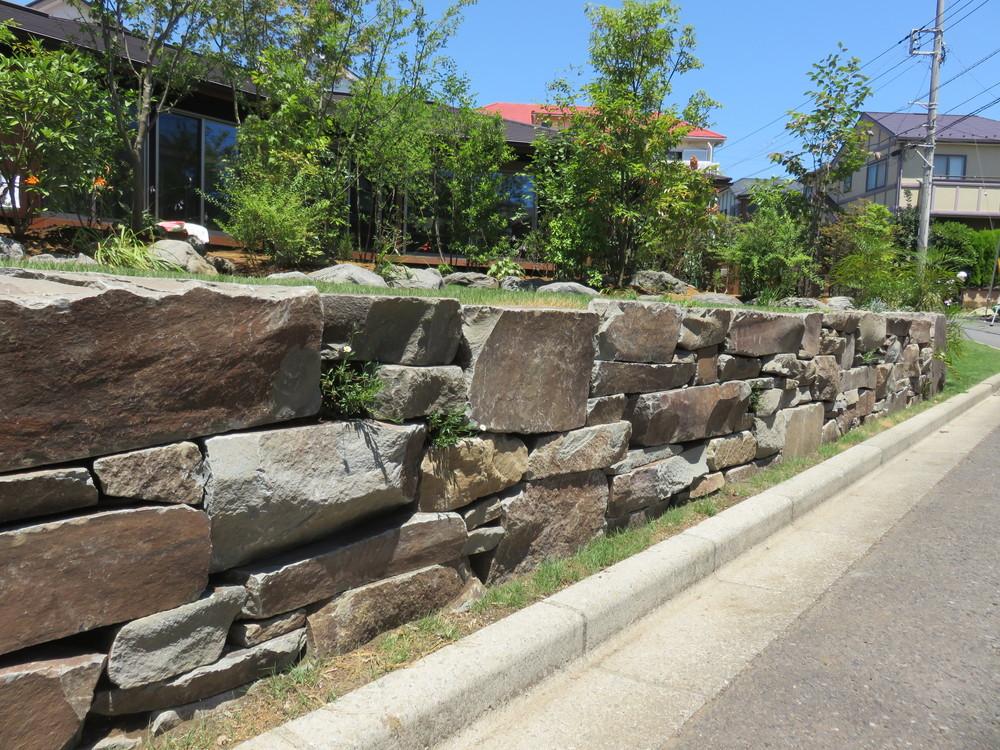 石積と道路の間には芝生や草花を植えて石積の表情を和らげています。