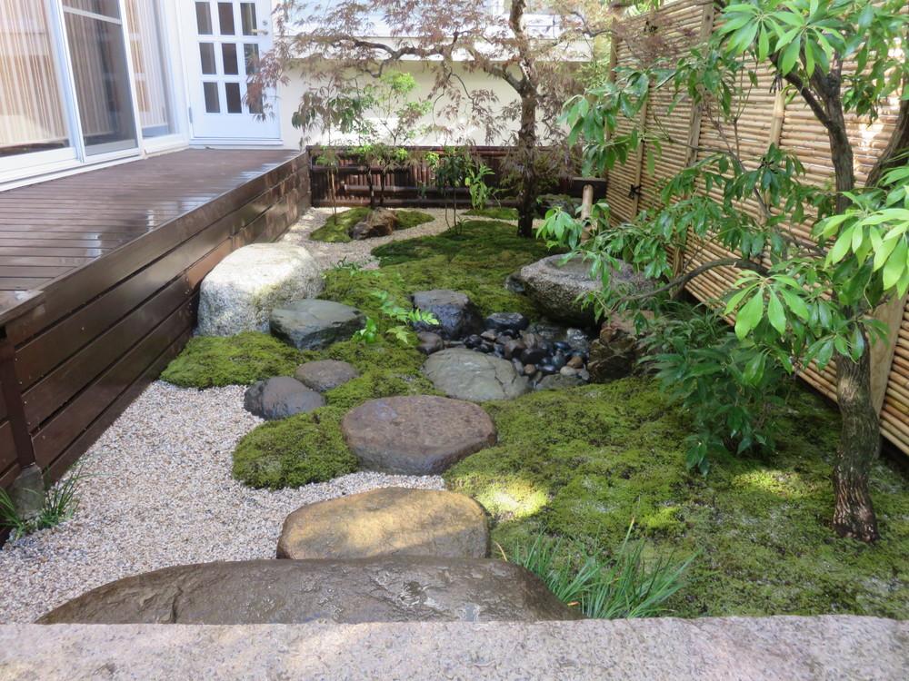 石橋の右手には露地風の坪庭(「桜の庭 坪庭」)があります。